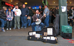Seattle: Pike Place street music (Henk Binnendijk) Tags: seattle washington usa pikeplacemarket pikeplace streetmusic streetmusicians gregpaul bluegrass oldtimemusic banjo