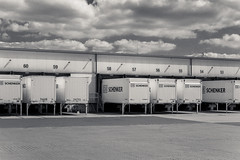 20180501-DSC4161 (A/D-Wandler) Tags: frankfurtammain frankfurt hessen deutschland osthafen gewerbe industrie gewerbegebiet industriegebiet schwarzweis bw blackandwhite monochrom einfarbig architektur gebäude lkw himmel wolken dramatisch dramaticsky logistik
