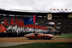 Erich Lessing Magnum Photos (mi24a) Tags: amphitheatre drapeau extérieur exterior fêtedutravail flag imagetoosmall mayday moscouville moscowcity multiple multiplié sportcar