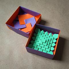 Mini Clover Folding in a mini box (Arturo-) Tags: origami box tomoko fuse clover folding green purple orange laranja roxo verde mini boîte 5 five pequeno minúsculo little 8cm macro shuzo fujimoto