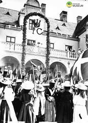 tm_7759 - Hellidens slott, Tidaholm 1902 (Tidaholms Museum) Tags: svartvit positiv högtider festligheter 1902 folksamling