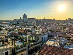 Blick über die Dächer Roms auf den Petersdom (Steve_Mc_Schli) Tags: rom roma lazio italien it basilica di san pietro petersdom dächer sunset sonnenuntergang abendstimmung