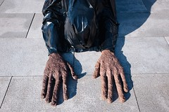 NYC 2018 (monoauge) Tags: 2018 fuji fujix70 fujifilm fujifilmx70 nyc x70 hands met metropolitan metropolitanmuseum museum newyork new york city manhattan isthisart nopeople street streetphotography angle streetshot