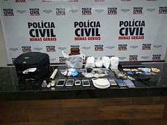 Grupo é preso com drogas, arma, munições e dinheiro em Ituiutaba, MG (portalminas) Tags: grupo é preso com drogas arma munições e dinheiro em ituiutaba mg
