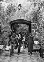 Tanger-trío bn (Joaquín Mª Crespo) Tags: byn blackwhite bw blackandwhite streetphoto street travels callejeo calle medinah morocco tanger sistemax fuji x100t gente grupo arco muralla