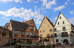 Vacances_0471 (Joanbrebo) Tags: eguisheim grandest francia fr alsace hautrhin canoneos80d eosd efs1855mmf3556isstm autofocus nubes nuvols nuages clouds arquitectura edificios edificis buildings font fountain fontaine fuentesfountains fuente cityscape paisajeurbano