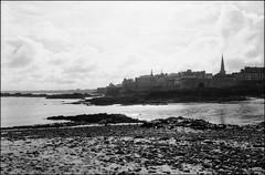Saint-Malo (madras91) Tags: nb noiretblanc blackandwhite bw monochrome leica leicam6 m6 landscape seascape saintmalo summarit35mmf25 35mm summarit film apx100 agfa