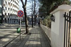 les piétons, eux, peuvent s'arrêter (8pl) Tags: rue tirana panneau signalisation poubelle espacepublic lampe portail mur trottoir piétons soleil pavés albanie capitale centreville