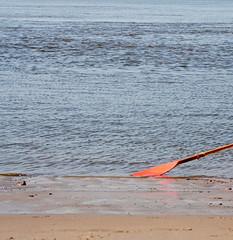 just a little bit of paddling (Rosmarie Voegtli) Tags: rowing rudern water wasser eau aqua waves ripples red blue sand beach tocanue topaddle hamburg elbe