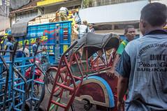(kuuan) Tags: indonesia voigtländerheliarf4515mm manualfocus mf voigtländer15mm aspherical f4515mm superwideheliar apsc sonynex5n becak becakdrivers cycle rickshaw solo surakarta street java cargo loading truck pasargede bejak
