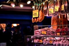 Ibérico (pcoradini) Tags: barcelona españa mercado de la boquería jamón ibérico euro europa comercio luces vidriera cliente mostrador exhibición paisaje urbano alimento fiambre fiambrería nikon d3100 nikonflickraward