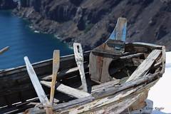 Boot (Klaus R. aus O.) Tags: boot insel urlaub defekt schadhaft mangelhaft beschädigt ruder ruderboot paddel meer klippe bretter holz alt sandorin wasse wasser gebrochen