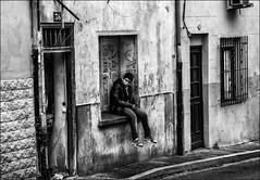 Rendez-vous au 36 (vedebe) Tags: ville city rue street urbain urban urbanarte noiretblanc netb nb bw monochrome humain human people fenêtre portes abandonné decay