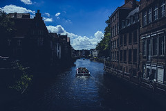 Bote en Río Lys (robertosanchezsantos) Tags: gante gent gand bélgica belgium europa europe viaje travel arte art abstracto abstract urbano urban architecture arquitectura edificio agua cielo río lys azul blue bote