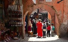 Marocco- Marrakech (venturidonatella) Tags: marocco morocco africa marrakech persone people donne women bambini children colori colors luce light ombra shadow strada street streetscene streetlife arco