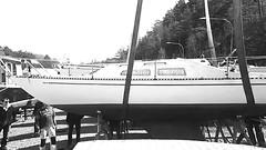 Boat lifting (Video) (skumroffe) Tags: askrikesegelsällskap askrike lidingö stockholm sweden liebherrltm1055 liebherr sailboat sailboats segelbåt segelbåtar båt båtar båtklubb boatlift sjösättning edinskranar edinsmobilkranar edins gruemobile gruamovil mobilecrane mobilkran autokran lyftkran