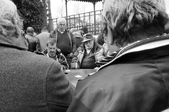 Playing cards (Francisco (PortoPortugal)) Tags: 0882018 20180413fpbo7731 bw nb pb monochrome monocromático pessoas people cartas cards jardim garden porto portugal portografiaassociaçãofotográficadoporto franciscooliveira