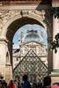Dans l'arche du Louvre (geraniumjoecose) Tags: paris louvre pyramide canon eos70d efs18135mmf3556is urbain architecture monuments ville statue