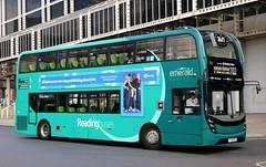 Reading Buses 774 YY15OYR at Elizabeth Bridge, London Victoria on 'Greenline' 702 duties. (Gobbiner) Tags: emerald readingbuses 774 greenline london e400mmc adl 702 enviro yy15oyr