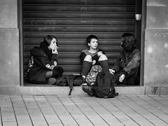 Pause (kurzkarl74) Tags: mädchen frauen pause sw street rauchen taschen frankreich strasbourg
