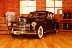 1941 Cadillac Fleetwood series 60 special 1/24 diecast made by Danbury Mint (rigavimon) Tags: diecast miniaturas 124 1941 cadillac fleetwood miniature diorama garage