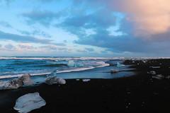 Des diamants posés dans un écrin de sable noir. (** [ Im@ges in L ]) Tags: plage beach sablenoir icebergs glacier mer coucherdesoleil canon 70d islande voyage travel