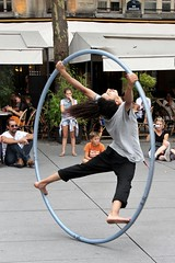 Hoop Acrobatics # 9 (just.Luc) Tags: hoop hoepel cerceau reifen man male homme hombre uomo mann acrobat akrobat acrobaat parijs parigi paris îledefrance france frankrijk frankreich francia frança circle cirkel cercle kreis barefoot blootvoets