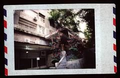 (նորայր չիլինգարեան) Tags: canoscan9000fmarkii fujifilminstax lomoinstantautomatglassmagellanedition բակ երեւան ժապաւէն լուսանկարներ շէնք չմշակած
