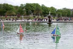 Les p'tits bateaux (•Nicolas•) Tags: nicolasthomas france jardins luxembourg m9 paris park color boat water