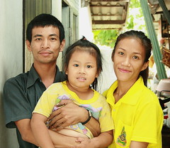 family portrait (the foreign photographer - ฝรั่งถ่) Tags: family portrait father mother daughter khlong thanon bangkhen bangkok thailand canon