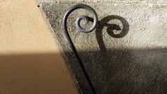 Farn - der wächst im Frühjahr (raumoberbayern) Tags: fern farn schnörkel geländer handrail tuscany toskana schatten shadow abstract minimal italy italia robbbilder urbanfragments