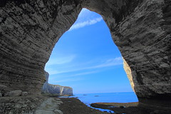 Oh Say, Can You, Sea? (Eye of Brice Retailleau) Tags: panorama composition landscape outdoor paysage perspective scenery scenic view extérieur backpacking hiking earth travel vista colourful colours light eau nature natural coast shore europe france normandie normandy etretat sunny summer people scale beach cliff arch arche sea mer seaside coastline ciel plage blue sky texture