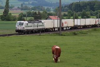 railCare AG Lokomotive Rem 476 451 - 0 CH - RLC mit Taufname Graubünden ( Hersteller Siemens Vectron - Leistung  6,4 MW - IB 2018 ) mit SIM Güterzug 63680 B.rig - N.iederb.ottigen unterwegs zwischen Gümligen und Rubigen im Kanton Bern der Schweiz