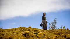 Mujer con cántaro, Ethiopia, de Makele a Dallol en 4x4 a 70 Km/h, ráfaga de 5 tomas (día 1) (pepoexpress - A few million thanks!) Tags: nikon nikkor d750 nikond75024120f4 nikond750 24120mmafs pepoexpress people ethiopia abisinia makele ontheroad woman sky portrait candid