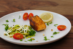 Zucchini Spaghetti mit Lachs (PH0T0NAT0R) Tags: salmon salmonfilet grilledsalmon zucchini parmesan tomatoes fish food foodphotography lowcarb