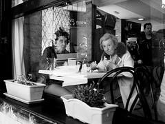 Mañana de pintxos (no sabemos cómo llamarnos) Tags: street photoderue streetphotography fotourbana fotocallejera urbanphotography reflejo reflection blancoynegro blackandwhite noiretblanc urban amigas amitié friends monochrome monocromático bar restaurante restaurant