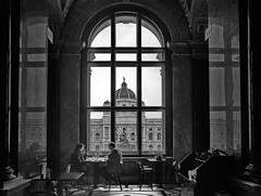 Café (heinzkren) Tags: museum window fenster couple cafe wien vienna austria viw blick ricoh grii schwarzweis blackandwhite bw sw monochrome historic building gebäude bauwerk architecture architektur