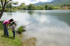 La leçon de pêche (RarOiseau) Tags: hautesalpes montagne printemps lacdepelleautier lac enfant pêche