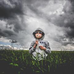 Sème dès ton enfance, tu recueilleras de doux fruits dans ta vieillesse.Proverbe Latin 1876 (erictrehet) Tags: enfance enfant fils champ children child nuage cloud campagne ciel calme extérieur sky lumière fullframe illeetvilaine nikon nikkor 24mm f28 d610 portrait fx france bretagne