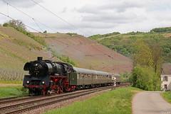 03 1010 mit einem Dampfspektakel-Zug aus Saarbrücken bei Kanzem an der Saar, 28.04.2018 (-cg86-) Tags: 031010 br03 dampfspektakel saar saartal kanzem sonderzug