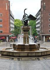 Fuente en el Ayuntamiento (Oslo, Noruega, 22-6-2008) (Juanje Orío) Tags: noruega oslo 2008 norge norway fuente fountain agua water escultura sculpture plaza