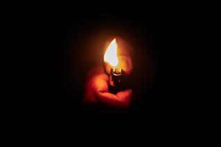 Isqueiro no escuro