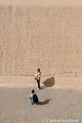 Jiayuguan wall and visitors (10b travelling / Carsten ten Brink) Tags: 10btravelling 2017 asia asian asien carstentenbrink china chine chinese gansu gansucorridor gansuprovince greatwall hexi hexicorridor iptcbasic jiayuguan ming prc peoplesrepublicofchina silkroad ancient corridor fort fortress historic province tenbrink 中华人民共和国 中国 甘肃