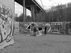 Graffitikonstnärer vid väggen Draken i Röda sten i Göteborg 27 april 2018 (biketommy999) Tags: rödasten göteborg sverige sweden biketommy biketommy999 2018 svartvitt blackandwhite konst art text