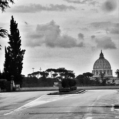 La cupola da qui si vede bene (ioriogiovanni10) Tags: bw biancoenero capitale citta city rome cupolone monocromatico blackandwhite