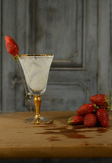 Fraises (Chocolatine photos) Tags: fraises rouge verre blanc porte makemesmile photo photographesamateursdumonde nikon flickr