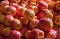 Apples, Vancouver (Lee Edwin Coursey) Tags: 2018 vancouver food produce travel fresh vancouverisland apples canada vacation fruit market red
