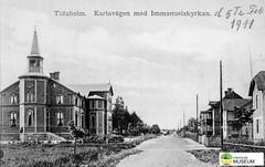 tm_7433 - Karlavägen, Tidaholm (Tidaholms Museum) Tags: svartvit positiv tidaholm exteriör grusväg vykort 1911 kyrka bostadshus
