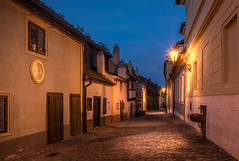 Golden lane - Prague (hjuengst) Tags: prag prague tschechien czechrepublic bluehour blauestunde streetlight strasenlampe orange aftersunset nachsonnenuntergang zlataulicka goldenesgässchen goldenlane