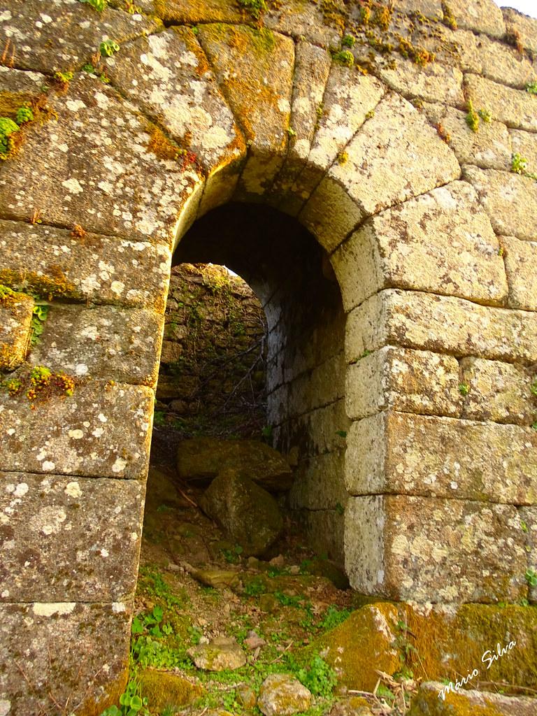 Águas Frias (Chaves) - ... porta na muralha exterior do castelo de Monforte de Rio Livre (agora acessível, após a limpeza efetuada) ...
